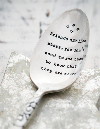 "Ražená servírovací lžíce ""Friends are like stars, you don't need to see them to know that they are there"""